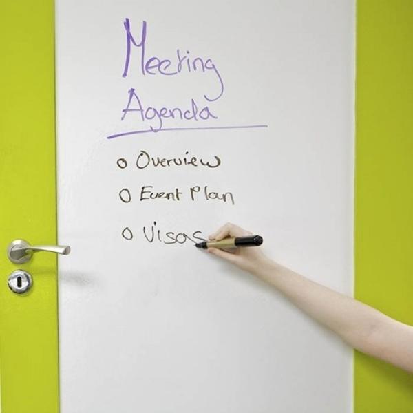 Chytrá stena – aplikácia samolepiacej popisovateľnej bielej fólie v kancelárii